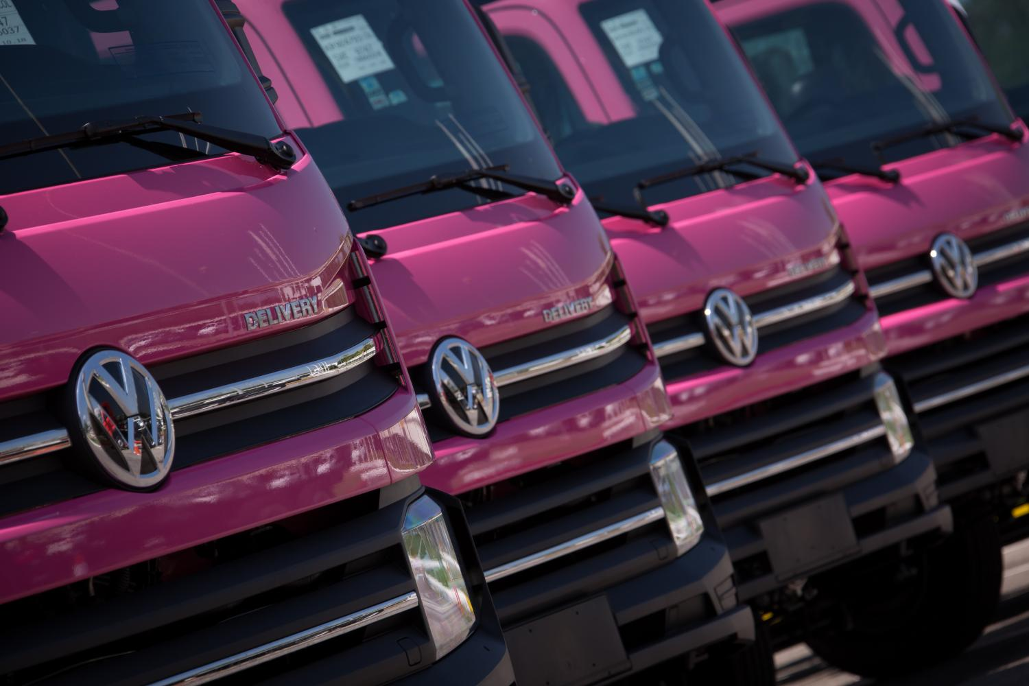 Vwtbpress Press Room Custom Paint Truck Photos In The Midst Of White Cabs That Dominate Production 40 Brand New Delivery 11180 Trucks With Pink Have Just Left Volkswagen Caminhes E